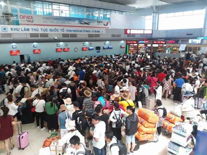 Nhóm du khách Trung Quốc mặc áo hình lưỡi bò nhập cảnh Cam Ranh - Ảnh 1.