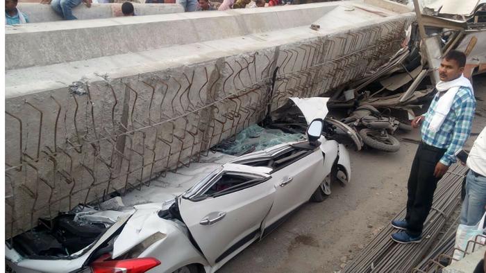 Sập cầu vượt đang xây ở Ấn Độ, ít nhất 12 người chết - Ảnh 4.