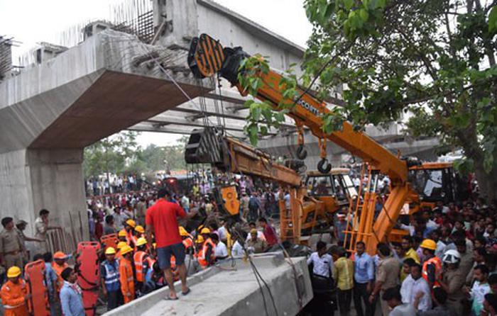 Sập cầu vượt đang xây ở Ấn Độ, ít nhất 12 người chết - Ảnh 1.