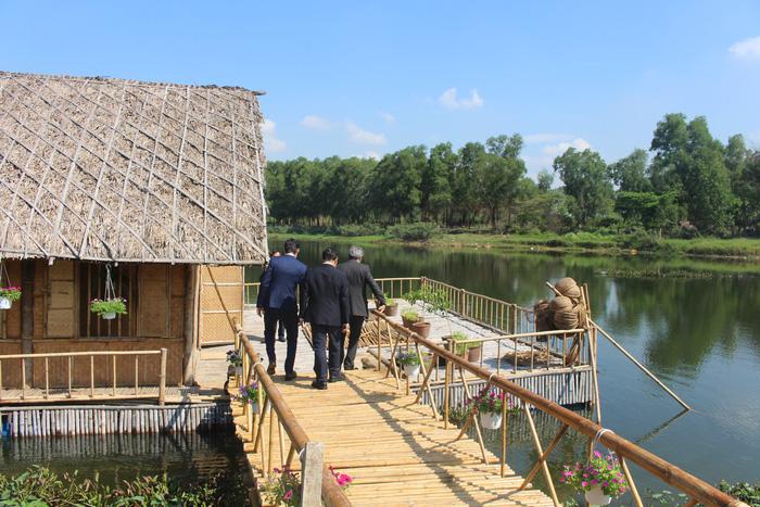 Nhà nổi thân thiện môi trường giữa hồ nước ĐH Quốc gia - Ảnh 1.