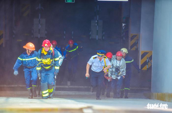 Diễn tập đưa lồng bệnh nhi thoát khỏi đám cháy bệnh viện - Ảnh 10.