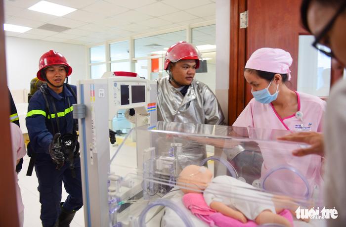 Diễn tập đưa lồng bệnh nhi thoát khỏi đám cháy bệnh viện - Ảnh 14.