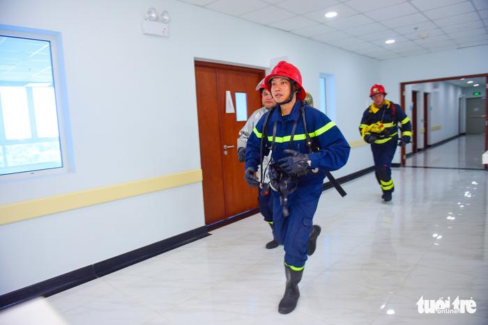 Diễn tập đưa lồng bệnh nhi thoát khỏi đám cháy bệnh viện - Ảnh 13.
