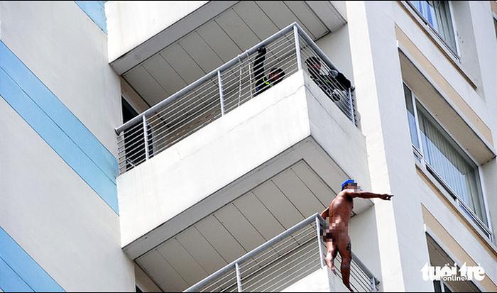 Bệnh nhân trèo qua lan can tầng 10 khỏa thân đòi tự tử - Ảnh 1.