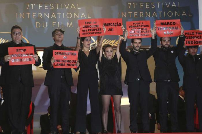 Thảm đỏ Cannes: Sân chơi của nhiều trò lố lẫn thông điệp thời sự - Ảnh 2.