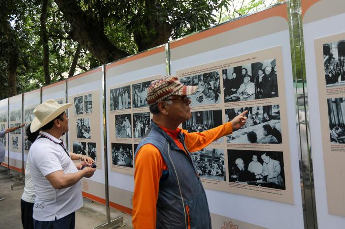 Triển lãm 60 năm nhà sàn Bác Hồ trong Phủ Chủ tịch - Ảnh 1.