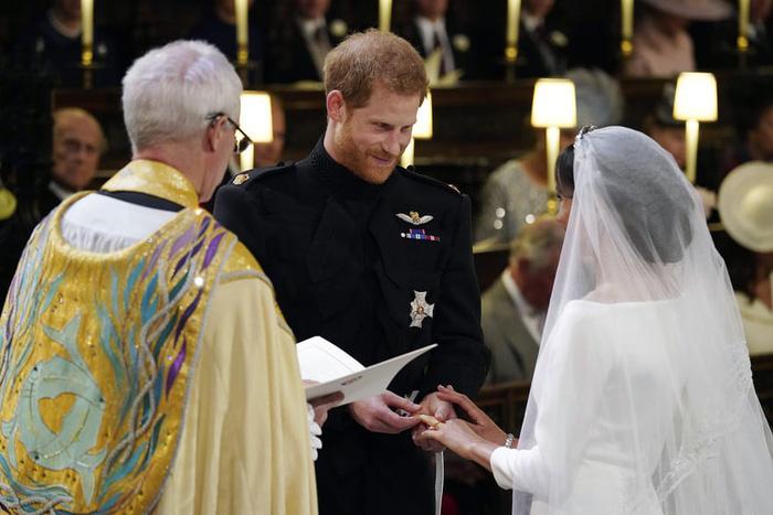 Những bức ảnh cảm động của đôi uyên ương hoàng gia trong thánh lễ - Ảnh 5.
