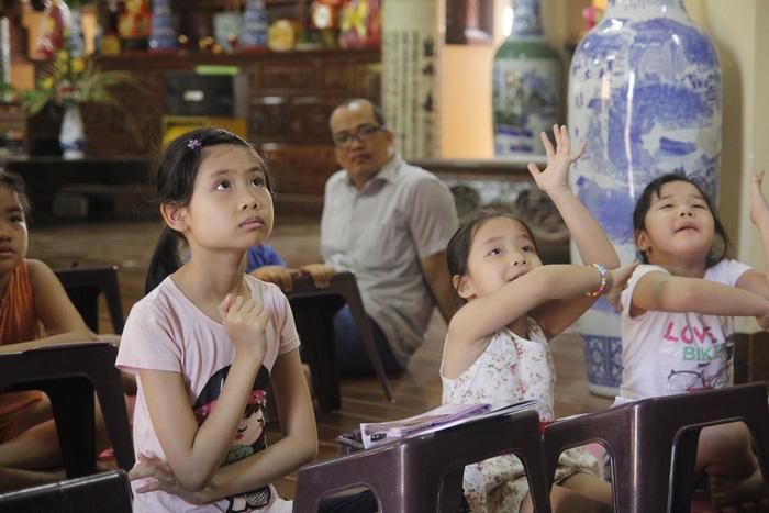 Cô gái giảng dạy tiếng Anh miễn phí ở chùa - Ảnh 1.