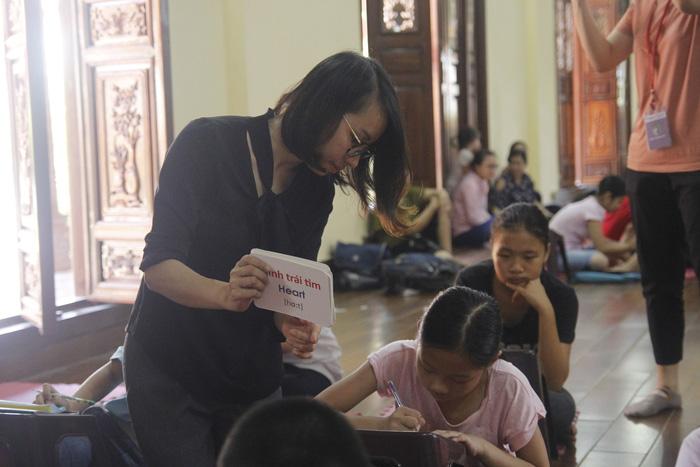 Cô gái giảng dạy tiếng Anh miễn phí ở chùa - Ảnh 4.