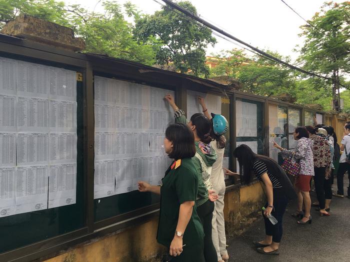 Sợ rớt lớp 10, học sinh Hà Nội đổ xô vào trường tốp giữa - Ảnh 1.