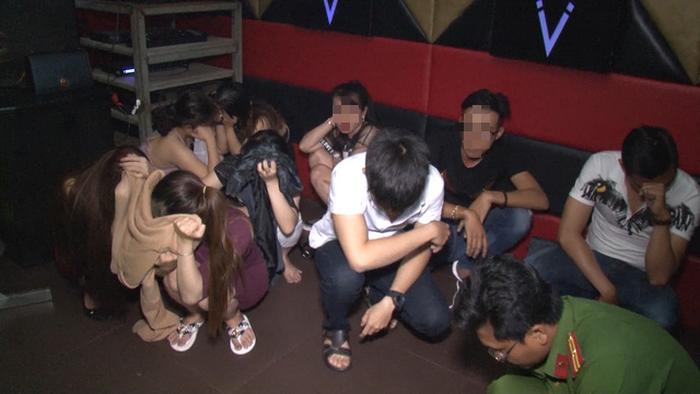 Khởi tố cán bộ đoàn trong nhóm 11 người phê ma túy ở karaoke - Ảnh 1.