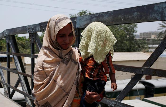 Pakistan nắng nóng đến 44 độ C, 65 người chết - Ảnh 1.