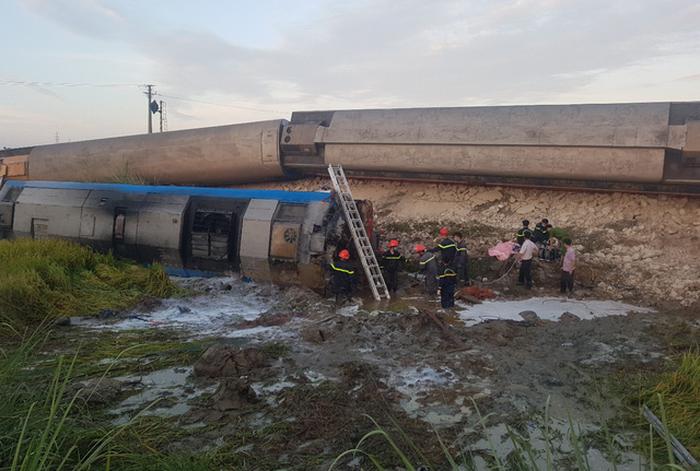 Tàu hỏa đâm ôtô tải lật 6 toa, ít nhất 2 người thiệt mạng, 6 bị thương - Ảnh 1.
