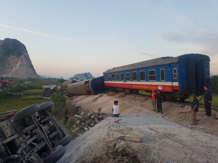 Tàu hỏa chở 400 hành khách lật khi tông xe tải, 2 người chết - Ảnh 3.