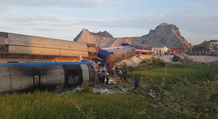 Tàu hỏa đâm ôtô tải lật 6 toa, ít nhất 2 người thiệt mạng, 6 bị thương - Ảnh 2.