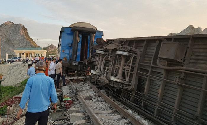 Tàu hỏa chở 400 hành khách lật khi tông xe tải, 2 người chết - Ảnh 5.