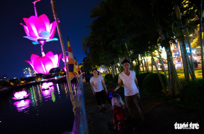 Hoa đăng rực sáng kênh Nhiêu Lộc trong dịp lễ Phật đản - Ảnh 3.