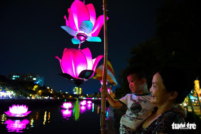 Hoa đăng rực sáng kênh Nhiêu Lộc trong dịp lễ Phật đản - Ảnh 8.