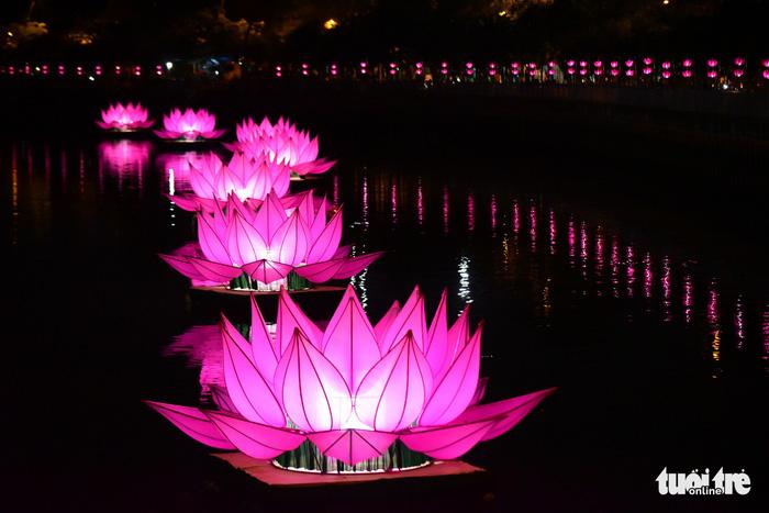 Hoa đăng rực sáng kênh Nhiêu Lộc trong dịp lễ Phật đản - Ảnh 1.