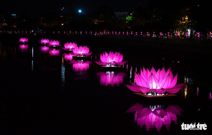 Hoa đăng rực sáng kênh Nhiêu Lộc trong dịp lễ Phật đản - Ảnh 4.