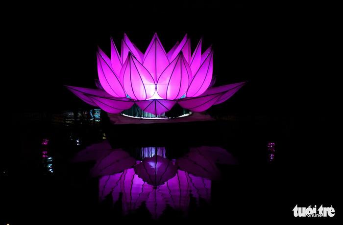 Hoa đăng rực sáng kênh Nhiêu Lộc trong dịp lễ Phật đản - Ảnh 2.