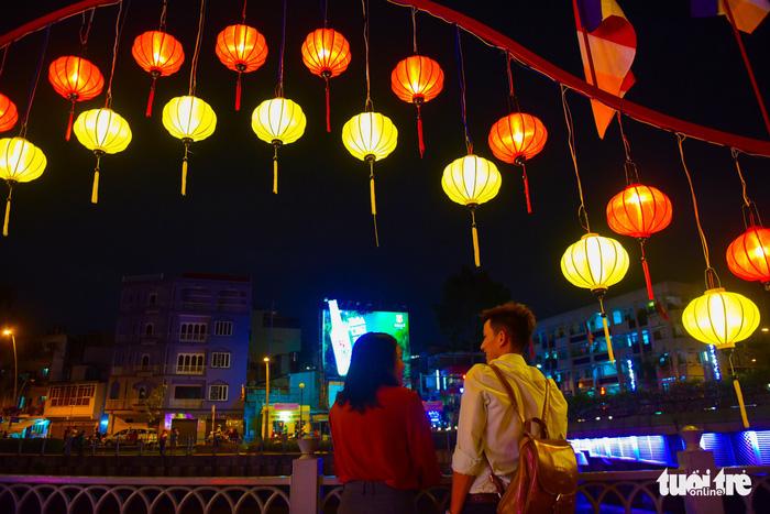 Hoa đăng rực sáng kênh Nhiêu Lộc trong dịp lễ Phật đản - Ảnh 5.