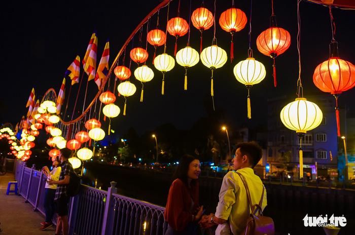 Hoa đăng rực sáng kênh Nhiêu Lộc trong dịp lễ Phật đản - Ảnh 9.