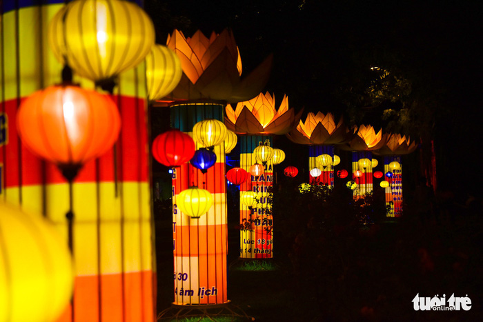 Hoa đăng rực sáng kênh Nhiêu Lộc trong dịp lễ Phật đản - Ảnh 10.