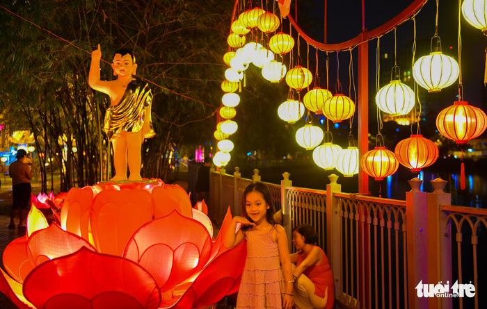 Hoa đăng rực sáng kênh Nhiêu Lộc trong dịp lễ Phật đản - Ảnh 7.