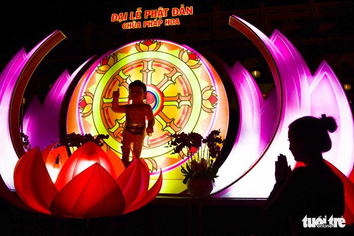 Hoa đăng rực sáng kênh Nhiêu Lộc trong dịp lễ Phật đản - Ảnh 11.