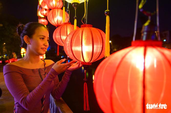 Hoa đăng rực sáng kênh Nhiêu Lộc trong dịp lễ Phật đản - Ảnh 12.