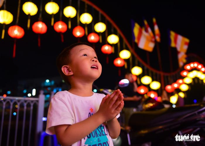 Hoa đăng rực sáng kênh Nhiêu Lộc trong dịp lễ Phật đản - Ảnh 13.