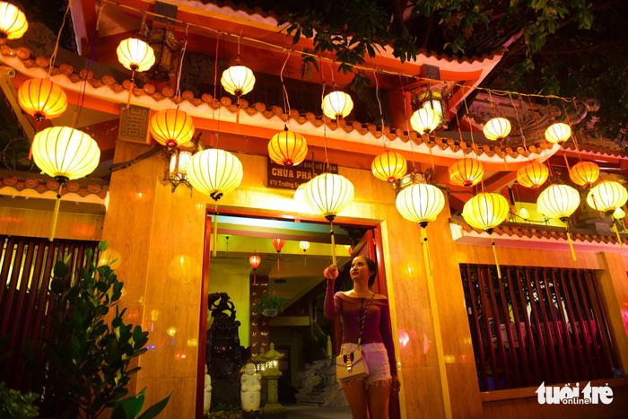 Hoa đăng rực sáng kênh Nhiêu Lộc trong dịp lễ Phật đản - Ảnh 14.