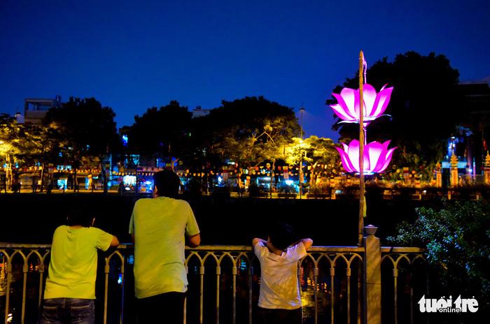 Hoa đăng rực sáng kênh Nhiêu Lộc trong dịp lễ Phật đản - Ảnh 6.