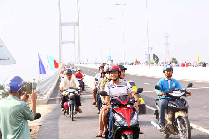 Dân Miền Tây rủ nhau lên cầu Cao Lãnh… chụp ảnh lưu niệm - Ảnh 6.