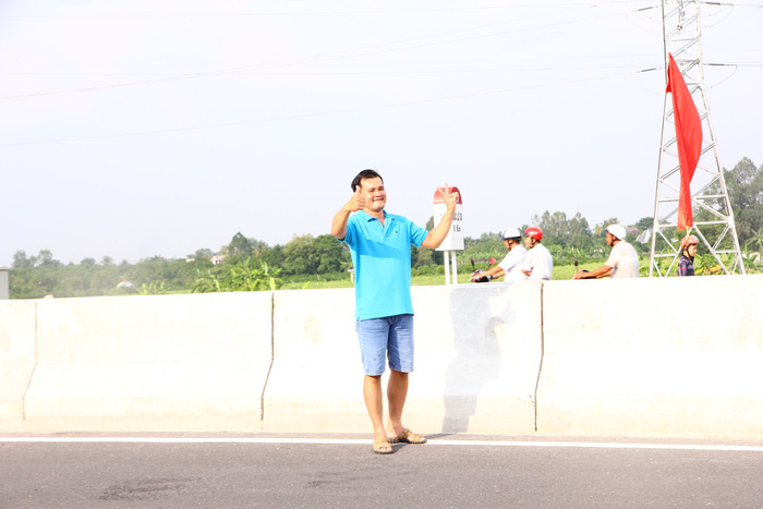 Dân Miền Tây rủ nhau lên cầu Cao Lãnh… chụp ảnh lưu niệm - Ảnh 5.