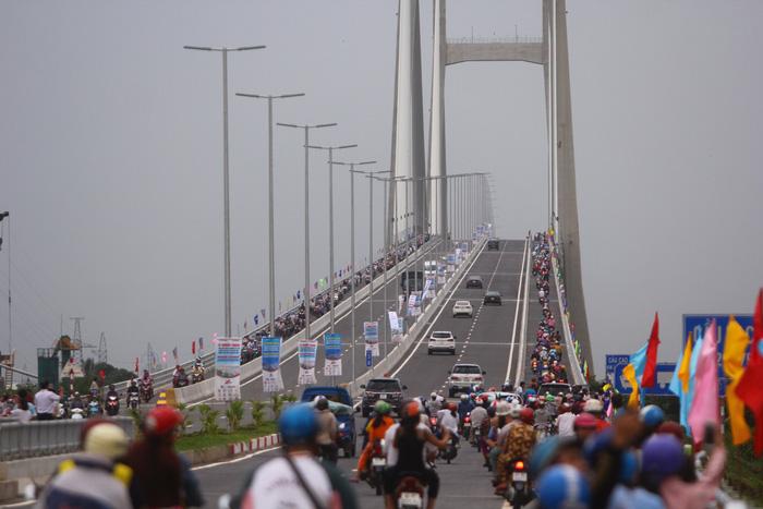Dân Miền Tây rủ nhau lên cầu Cao Lãnh… chụp ảnh lưu niệm - Ảnh 10.
