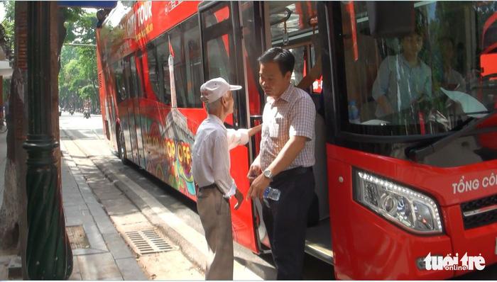 Lên buýt hai tầng ngắm Hà Nội như kiểu ở London - Ảnh 2.