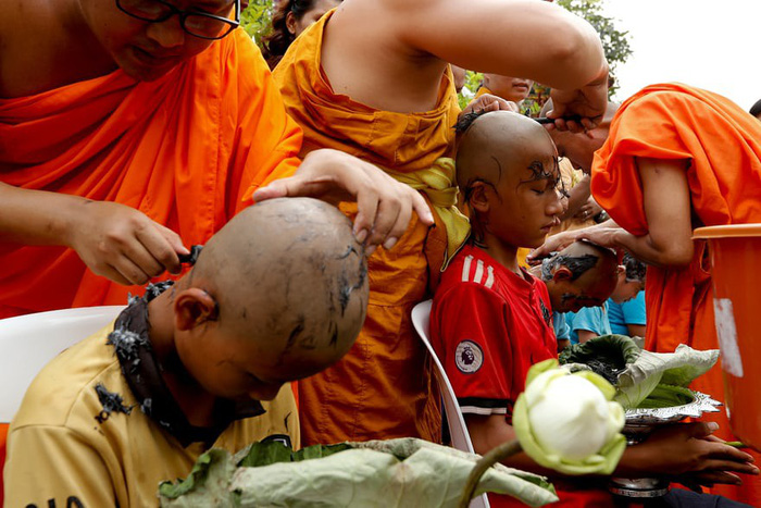 Nghi lễ 'Quy y cửa Phật' của những cậu bé xinh như hoa ở Thái Lan - Ảnh 2.