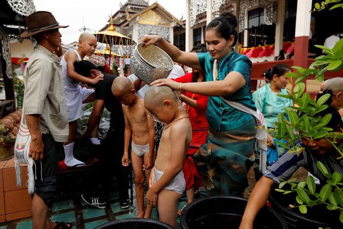 Nghi lễ 'Quy y cửa Phật' của những cậu bé xinh như hoa ở Thái Lan - Ảnh 3.