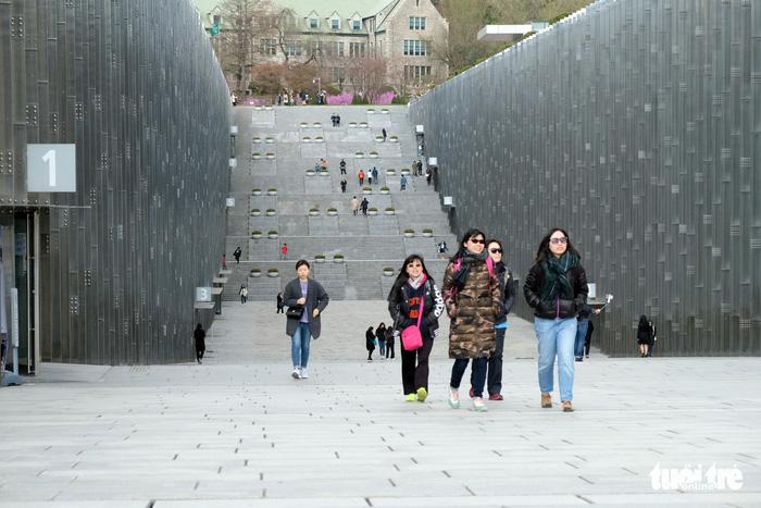 Ngắm nhan sắc Đại học nữ lớn nhất thế giới - Ảnh 3.