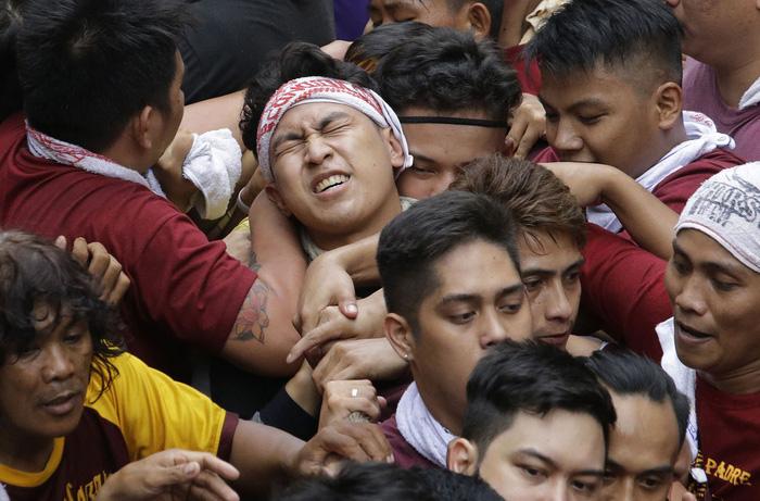 Chen lấn kinh hoàng tại lễ hội Black Nazarene ở Philippines - Ảnh 6.