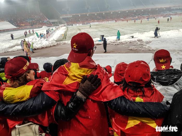 Cổ động viên Việt Nam nhặt rác giữa mưa tuyết sau trận chung kết - Ảnh 6.