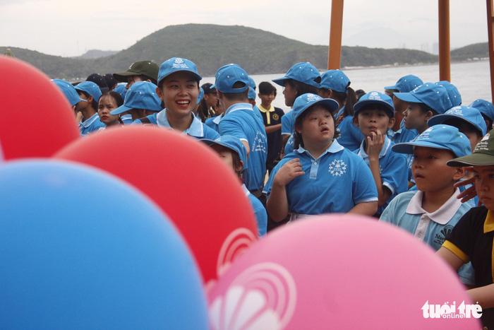 Bóng ước mơ của hơn 600 em nhỏ khuyết tật được thả lên trời - Ảnh 2.