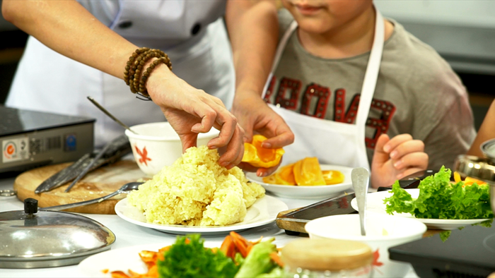 Mẹ con Thu Trang dạy nấu ăn trong lớp Trùm bếp từ ngày 1-6 - Ảnh 3.