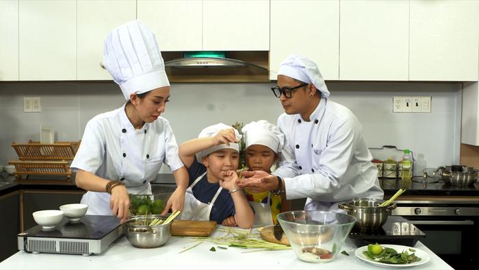 Mẹ con Thu Trang dạy nấu ăn trong lớp Trùm bếp từ ngày 1-6 - Ảnh 2.