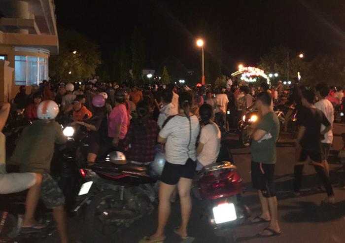 Đoàn người quá khích tràn vào trụ sở UBND tỉnh Bình Thuận - Ảnh 1.