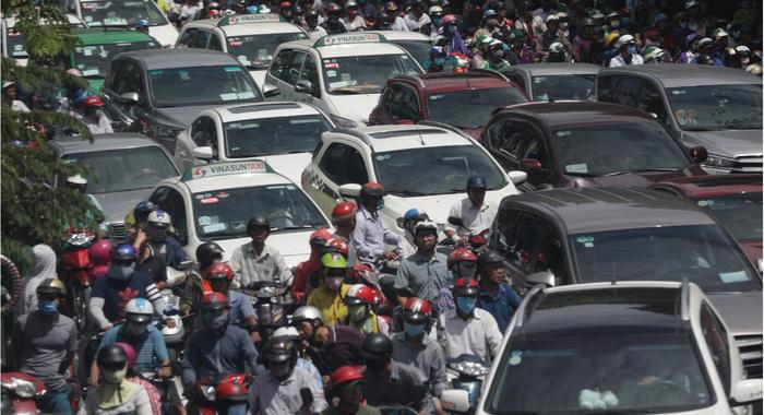 TP.HCM xuất hiện nhiều điểm tụ tập đông người khiến giao thông trở nên hỗn loạn