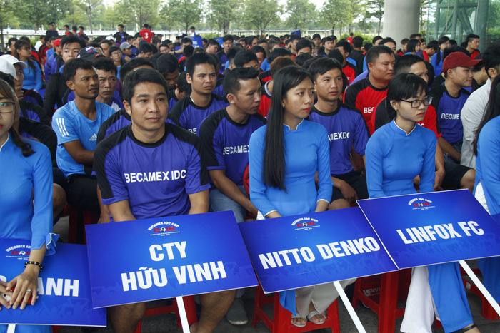 Hàng ngàn công nhân Bình Dương dự giải bóng đá phong trào - Ảnh 2.