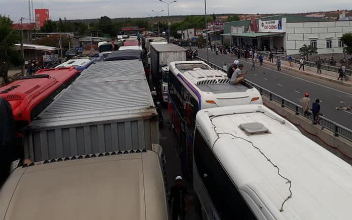 Xuất hiện nhiều điểm tụ tập đông người, giao thông nhiều nơi đảo lộn - Ảnh 5.